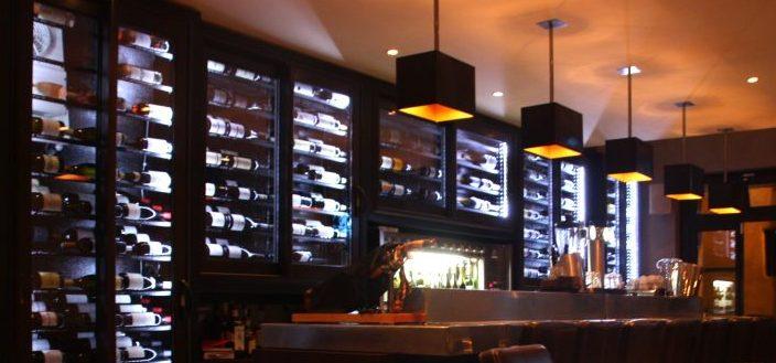 El Primo et son bar à vins, qui vous présente l'ensemble de sa cave sur le mur de vins